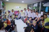 Jugadores del América posan con los niños en el hospital