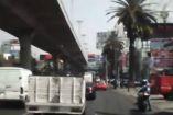 Momento en el que un automovilista acelera para arrollar a ladrón