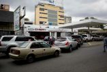 Decenas de coches hacen fila en una gasolinera en Venezuela