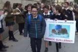 Compañeros de escuela de Guillermo Gracia le aplauden a su paso