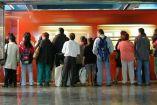 Un grupo de personas esperan la llegada del metro