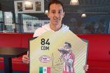 Andrés Guardado presume su tarjeta del FIFA Ultimate Team