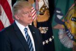 Donald Trump se muestra pensativo durante una conferencia