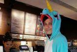 El joven disfrazado de unicornio al momento de pedir su bebida