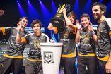 Los jugadores de Lyon Gaming levantan su octava copa de la LLN