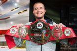 Skimbo sostiene su cinturón de campeón del Madden NFL 17 Championship EA Major Series