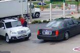 Mujer sube a su coche y se aferra al cofre para que no se lo roben