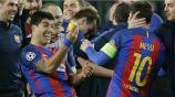 Luis Suárez festeja con un limón en la mano frente a Messi