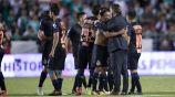 Gallito Vázquez y Almeyda se abrazan tras el duelo contra León