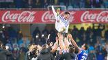 Carlos Vela es arrojado por el aire por sus compañeros