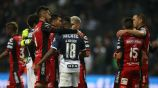 Jugadores de Tijuana abrazan a Avilés