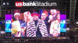 Mayweather sonríe al ser proyectado en la pantalla del estadio
