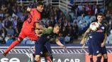 Moreno compite por el balón en las alturas