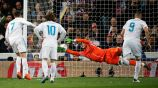 Cristiano Ronaldo antes de cobrar el penalti frente al PSG