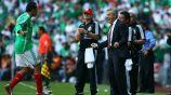 Cuauhtémoc Blanco y Javier Aguirre celebran anotación en el Estadio Azteca