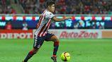 Eduardo López conduce el balón en juego de Chivas