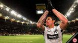 Carlos Salcedo le agradece a la afición del Eintracht
