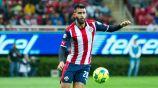 Miguel Basulto controla el balón en un juego con Chivas