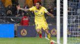 Alves celebra una anotación con el PSG en Francia
