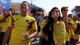 Aficionados colombianos reaccionan durante el partido contra Japón
