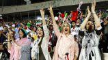 Mujeres observan el partido de Irán vs España en estadio de Teherán