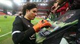 Memo Ochoa firma una manta con su imagen