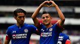 Roberto Alvarado (der) festeja un gol con Cruz Azul