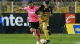 Edson Rivera (d) conduce el balón en el duelo vs San Luis