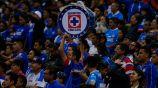 Aficionados de Cruz Azul alientan a su equipo en el Azteca