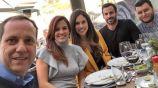 Paco Villa posa junto a algunos de sus compañeros en Televisa