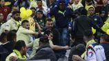 Aficionados protagonizan pelea en las tribunas del Estadio Azteca