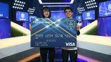 Tekkz y Nicolas sostienen su premio del Mundial de Clubes