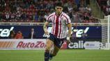 Alan Pulido conduce el esférico en un juego de Chivas
