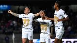 Jugadores de Pumas festejan gol de Iturbe