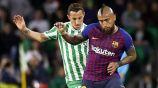 Guardado y Vidal pelean el balón