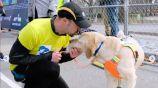 Thomas Panek y su perro guía al concluir el Medio Maratón de NY