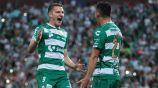 Furch y Marcelo Correa festejando un gol ante Toluca