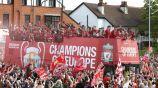 Jugadores del Liverpool desfilan por las calles de la ciudad