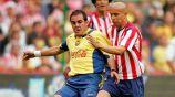 Adolfo Bautista y Cuauhtémoc Blanco luchan por la pelota