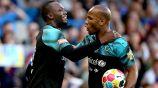 Bolt y Drogba celebran uno de los tantos durante el duelo benéfico