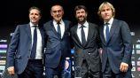 Sarri, junto a directivos de la Juventus en su presentación