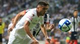 Alan Medina busca el balón en juego contra Rayados