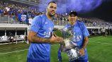 Édgar Méndez y Cata Domínguez posan con el trofeo de la League Cup