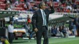 Tomás Boy da indicaciones en un juego de Chivas