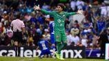 Guillermo Ochoa se lamenta en juego contra Cruz Azul