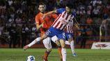 Oribe Peralta lucha por el balón en el juego contra Correcaminos