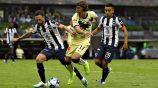 Layún disputa un balón con Córdova