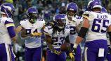 Jugadores de los Vikings celebran anotación contra Chargers