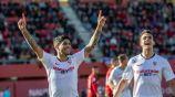 Sergio Reguilón festeja con Banega un gol del Sevilla