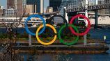 Anillos olímpicos en un bahía de Tokio